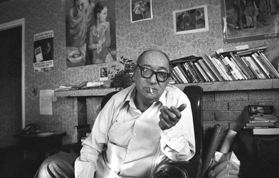 El escritor Juan Carlos Onetti, en su casa en marzo de 1981.