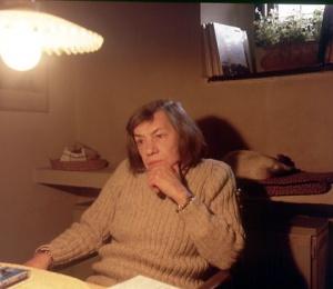 Patricia Highsmith en su casa de Aurigeno, Suiza, en 1985.