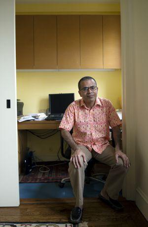 El escritor Akhil Sharma escribe en su espacio de trabajo en Nueva York.