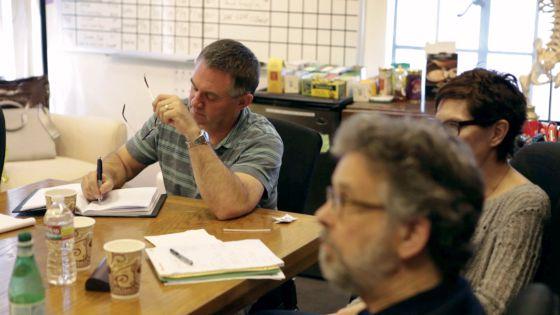 Hart Hanson, uno de los responsables de 'Bones', en una reunión de trabajo.