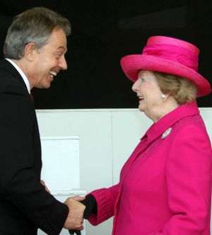 Tony Blair saluda a Margaret Thatcher en 2007.