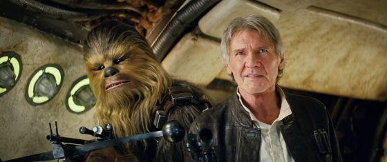 El actor Harrison Ford, como Han Solo, junto a Chewbacca, en una imagen de 'El despertar de la Fuerza'