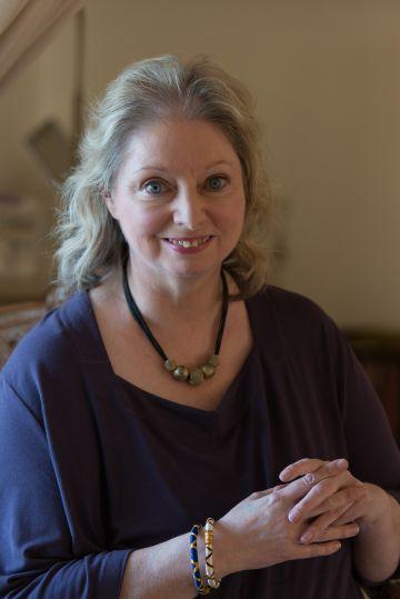 La escritora Hilary Mantel, en su casa de las afueras de Londres.