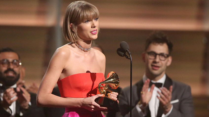Taylor Swift com o Grammy de disco do ano.