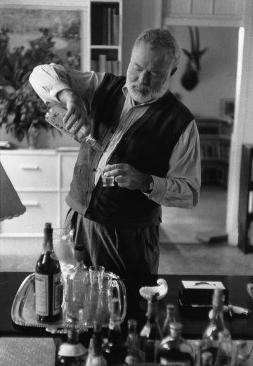 En la página anterior, Ernest Hemingway en su casa en Cuba en 1954.