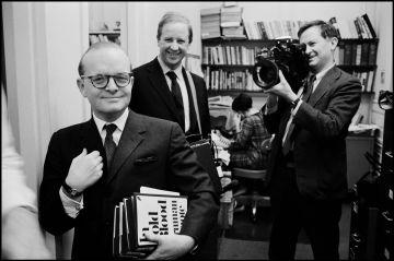 Truman Capote con los cineastas David (atrás, a la izquierda) y Albert Maysles en Nueva York en 1965.