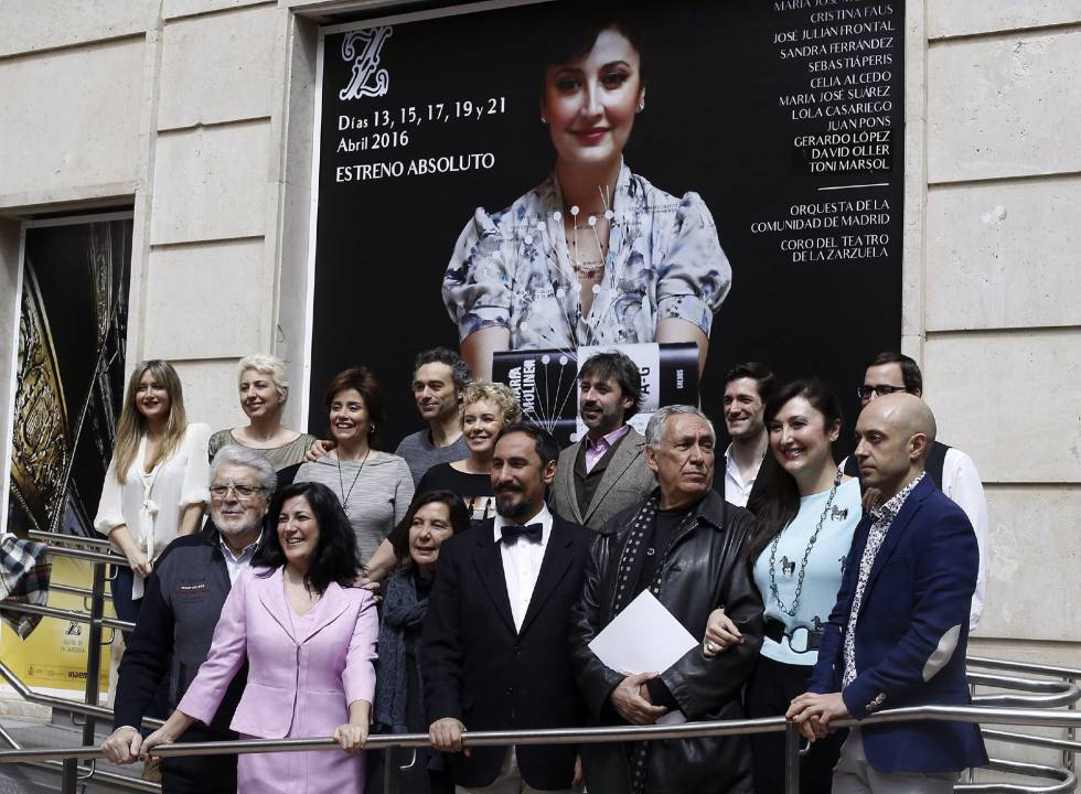 Paco Azorín (d), director de escena de la ópera 'María Moliner' de Antoni Parera Fons, acompañado del elenco de la obra.