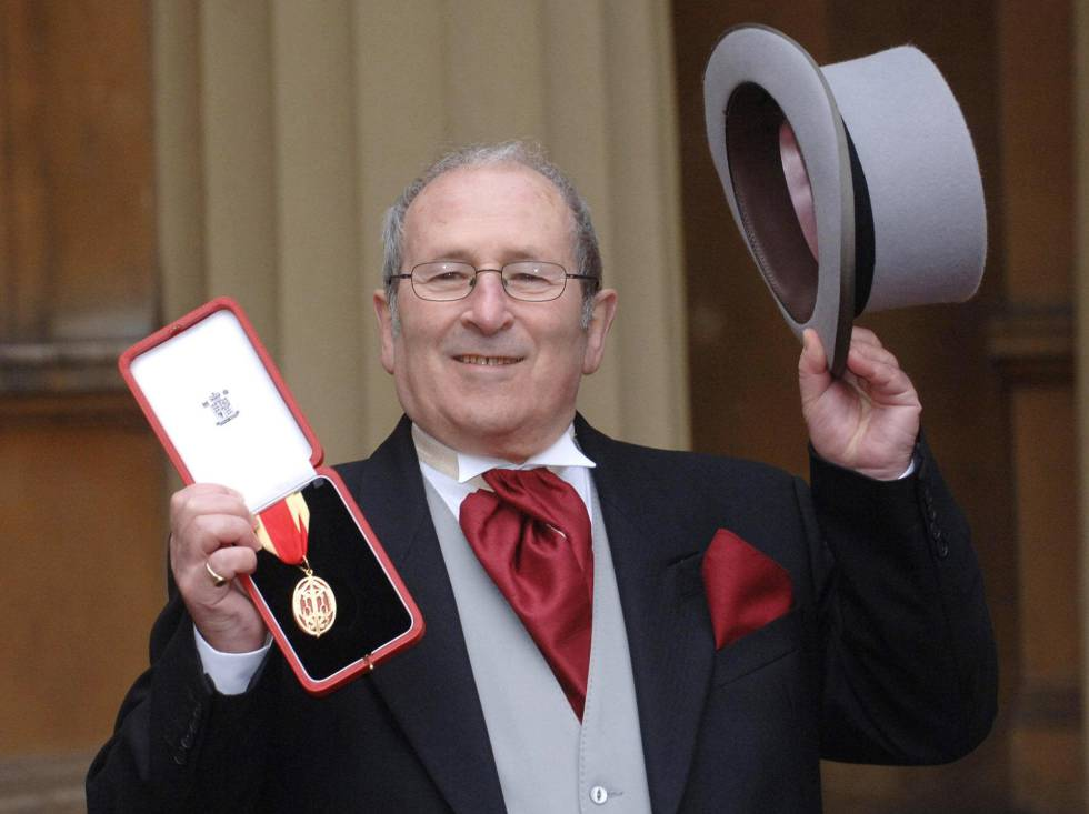 El dramaturgo británico Arnold Wesker posa en Buckingham Palace.