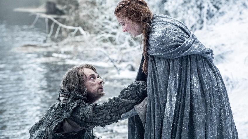 Alfie Allen, Theon na série, e Sophie Turner, Sansa Stark, em imagem da próxima temporada de Game of Thrones.