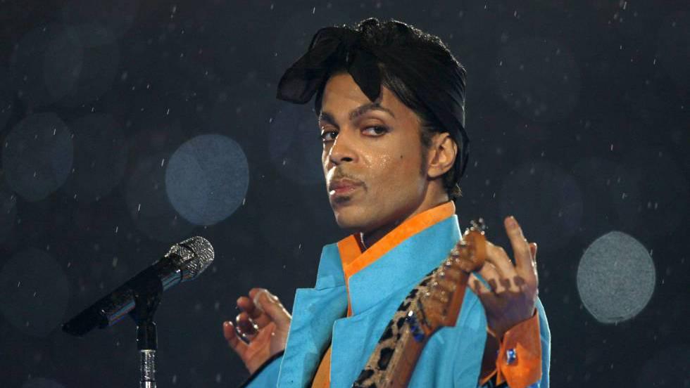 Prince se apresenta no intervalo do Super Bowl, em Miami.