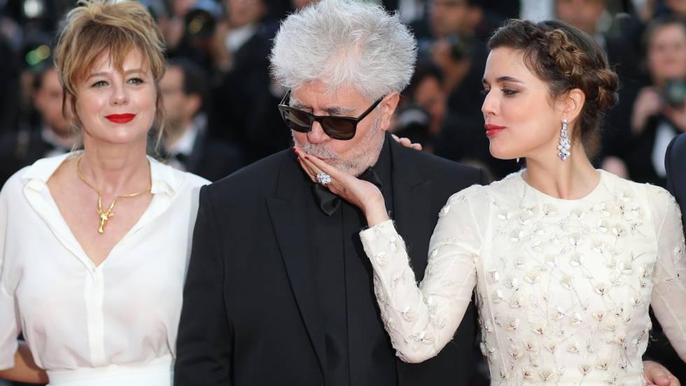 Emma Suárez (esq.), Almodóvar e Adriana Ugarte, em Cannes.