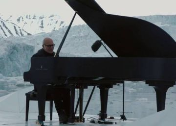 VÍDEO | Um pianista entre os icebergs do Ártico