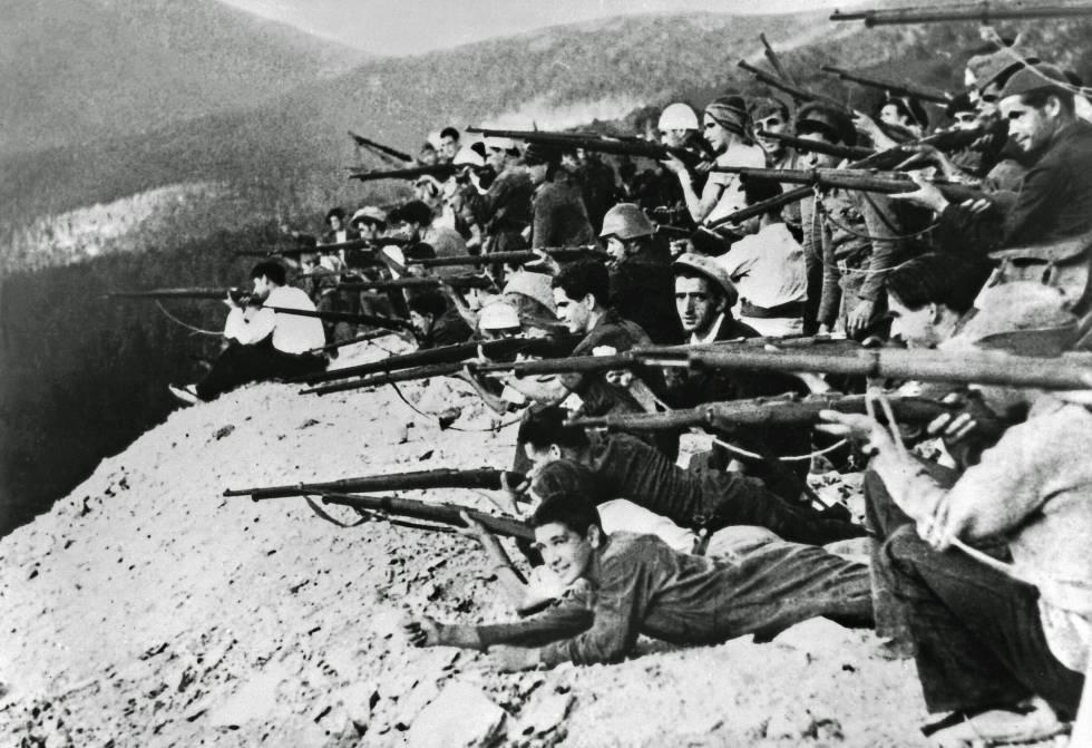 Un grupo de milicianos se asoma a un terraplén en el frente de Navacerrada (Madrid), a finales de julio 1936.