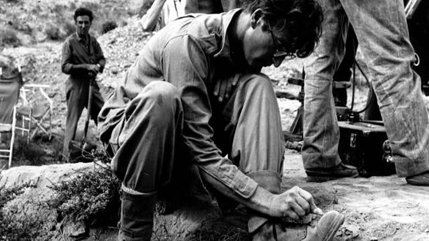 John Lennon desenha em suas botas durante a filmagem de 'Como Ganhei a Guerra'.