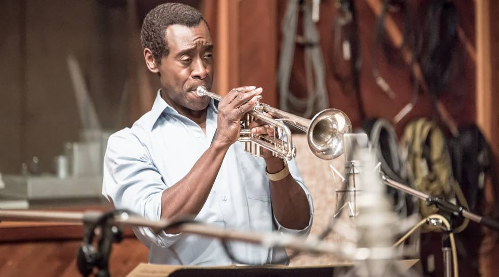 Fotograma de 'Miles Ahead', donde el actor Don Cheadle interpreta al artista Miles Davis.