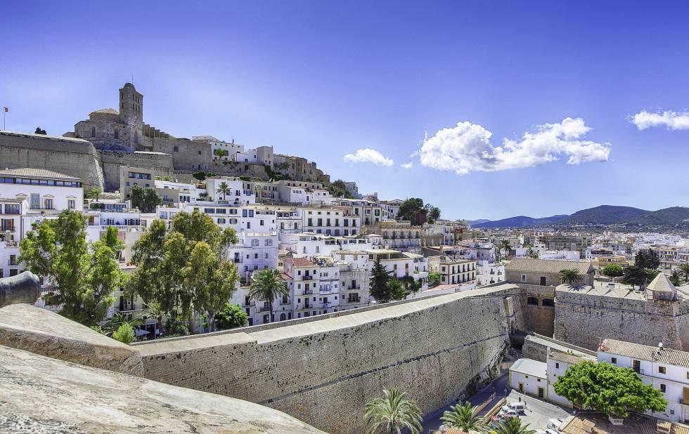 Panorámica de las murallas de Ibiza, con la catedral al fondo a la izquierda.
