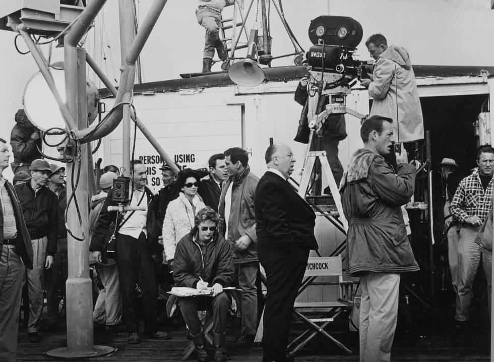 Alfred Hitchcock, en el rodaje de 'Los pájaros'.