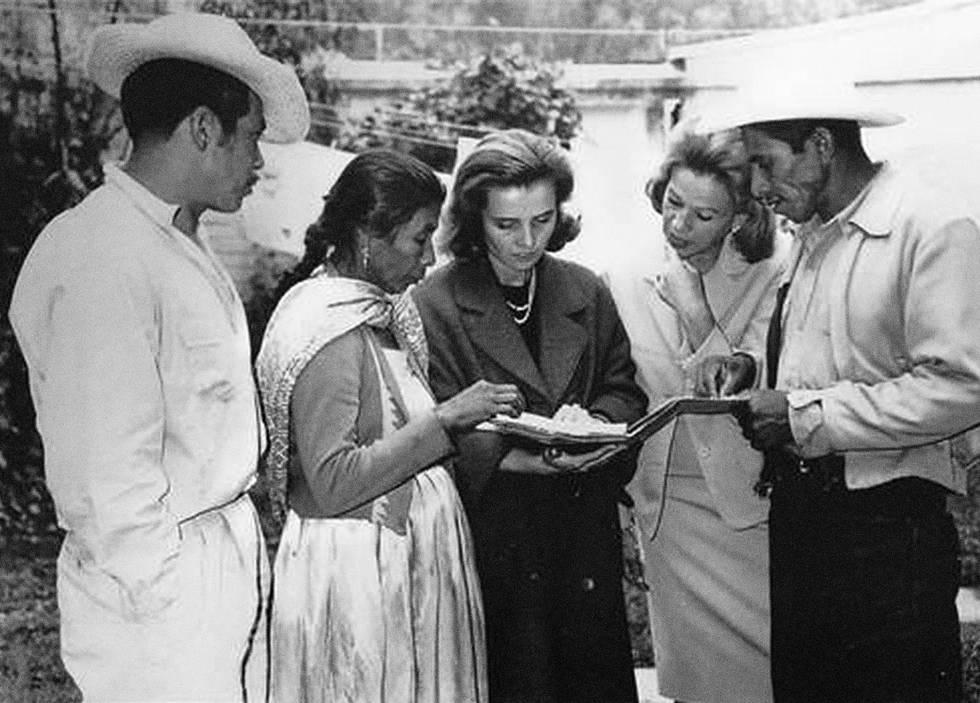 Elena Garro (segunda por la derecha) junto a Elena Poniatowska en los años setenta.