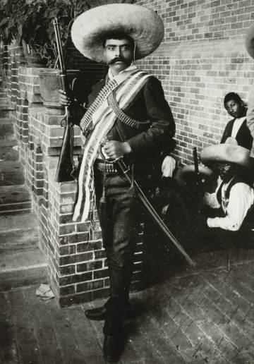 Emiliano Zapata, con rifle y sable.