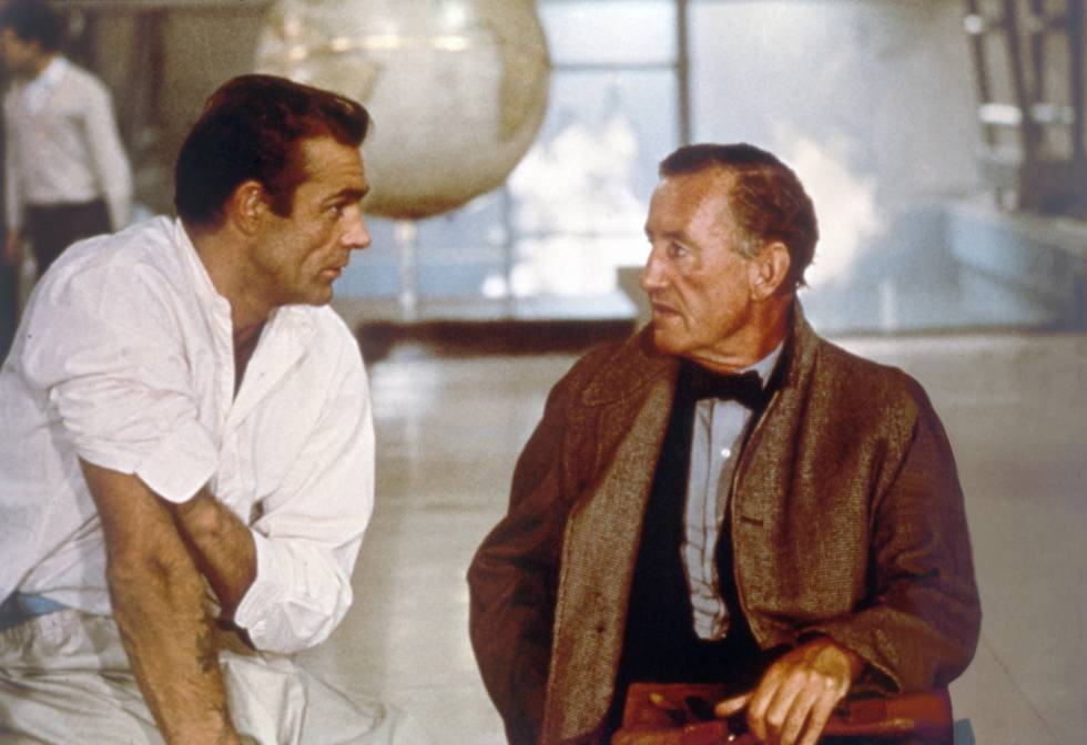 Sean Connery charla con Ian Fleming en el rodaje de 'James Bond contra el doctor No'.