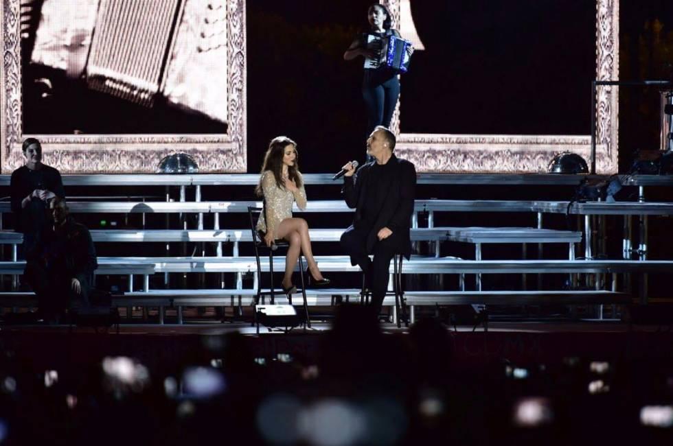 Miguel Bosé y Paty Cantú durante su concierto en el Zócalo de la CDMX.