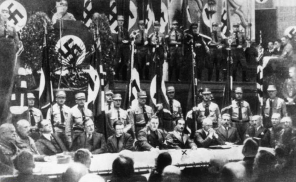 Heidegger, señalado con una cruz, en un acto de propaganda nazi.