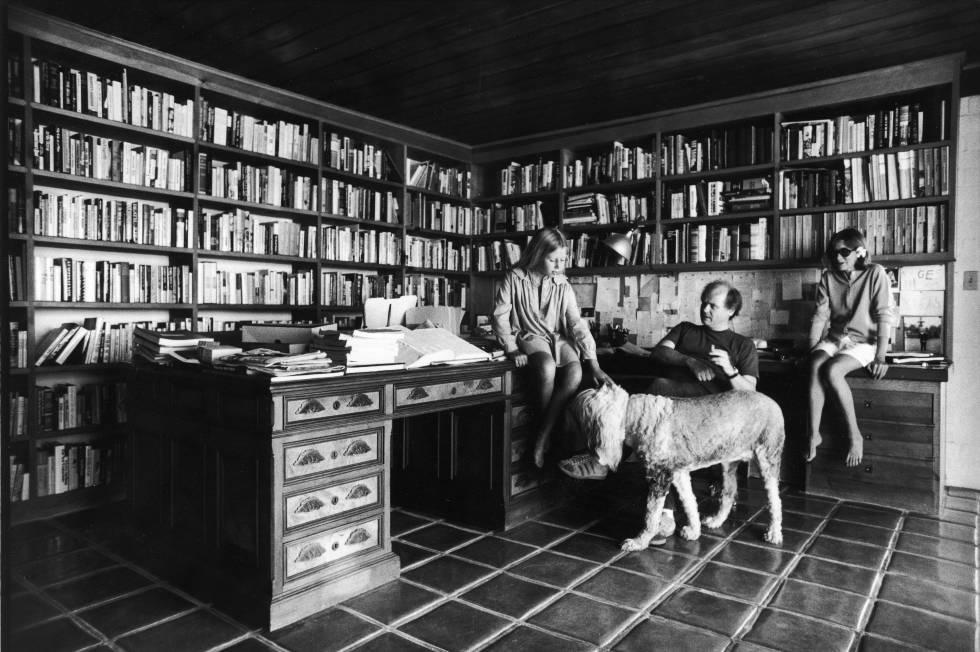 Joan Didion, con su marido y su hija en 1976.