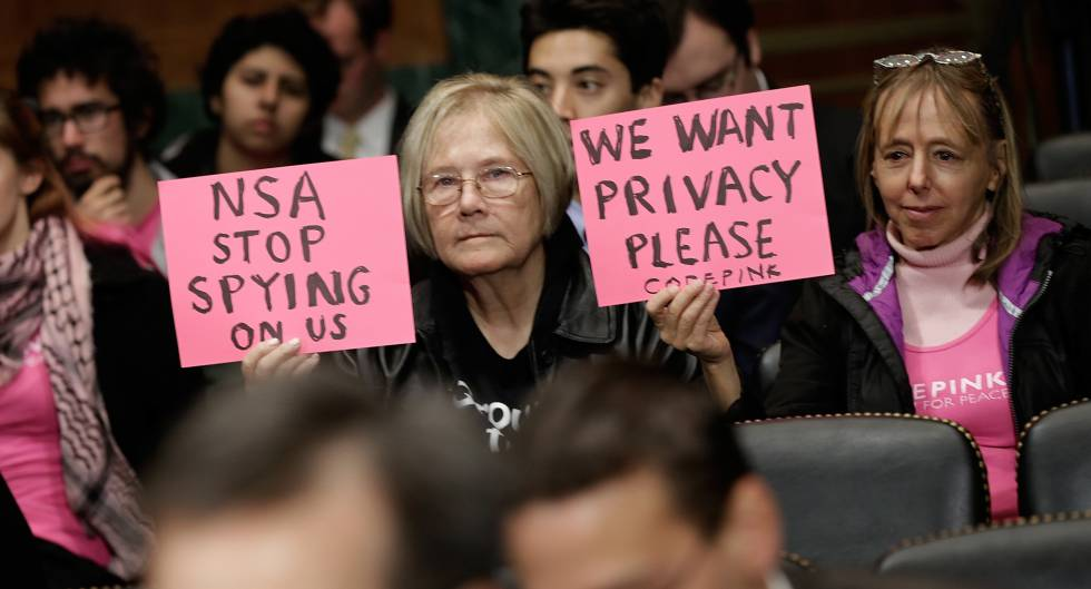 Protestas a favor de la privacidad en Internet ante una comparecencia de Richard Salgado, de Google, en un juicio, en Washington, en 2013.