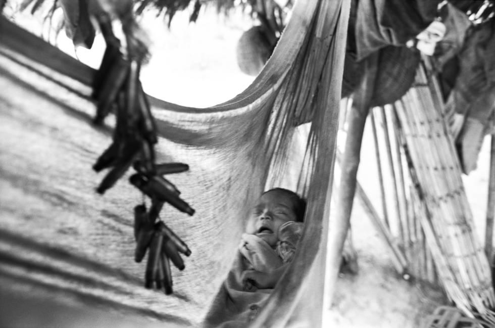 Niño ashaninka con sonaja de balas, 1999.