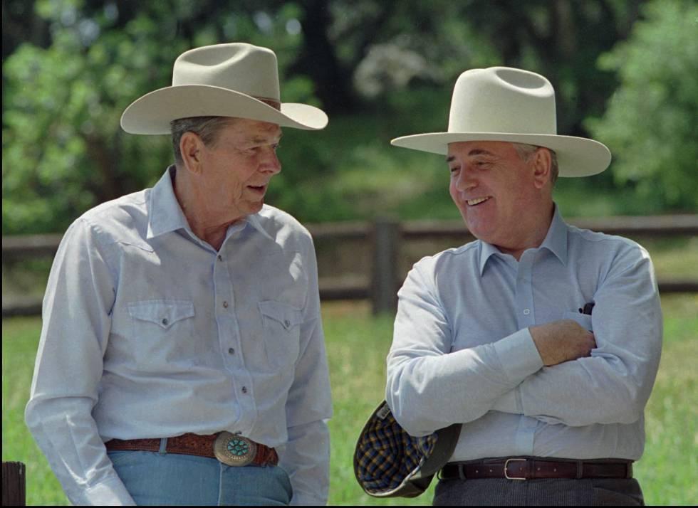 Ronald Reagan (izquierda) y Mijail Gorbachov, en el rancho californiano del primero, en mayo de 1992.