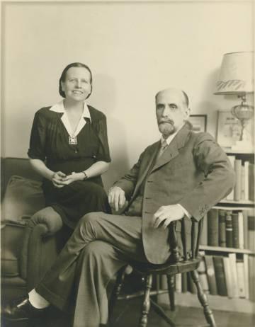 El poeta Juan Ramón Jiménez junto a su esposa, Zenobia Camprubí, en su casa de Washington, en 1943.