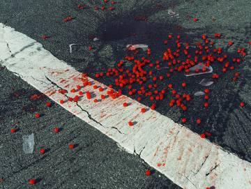 Cerejas em uma faixa de pedestres. Nova York, EUA, 2014