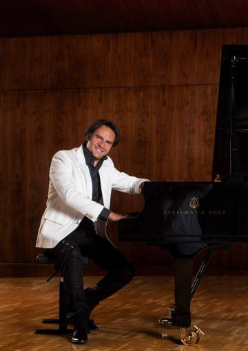 Manuel Carrasco en el piano.