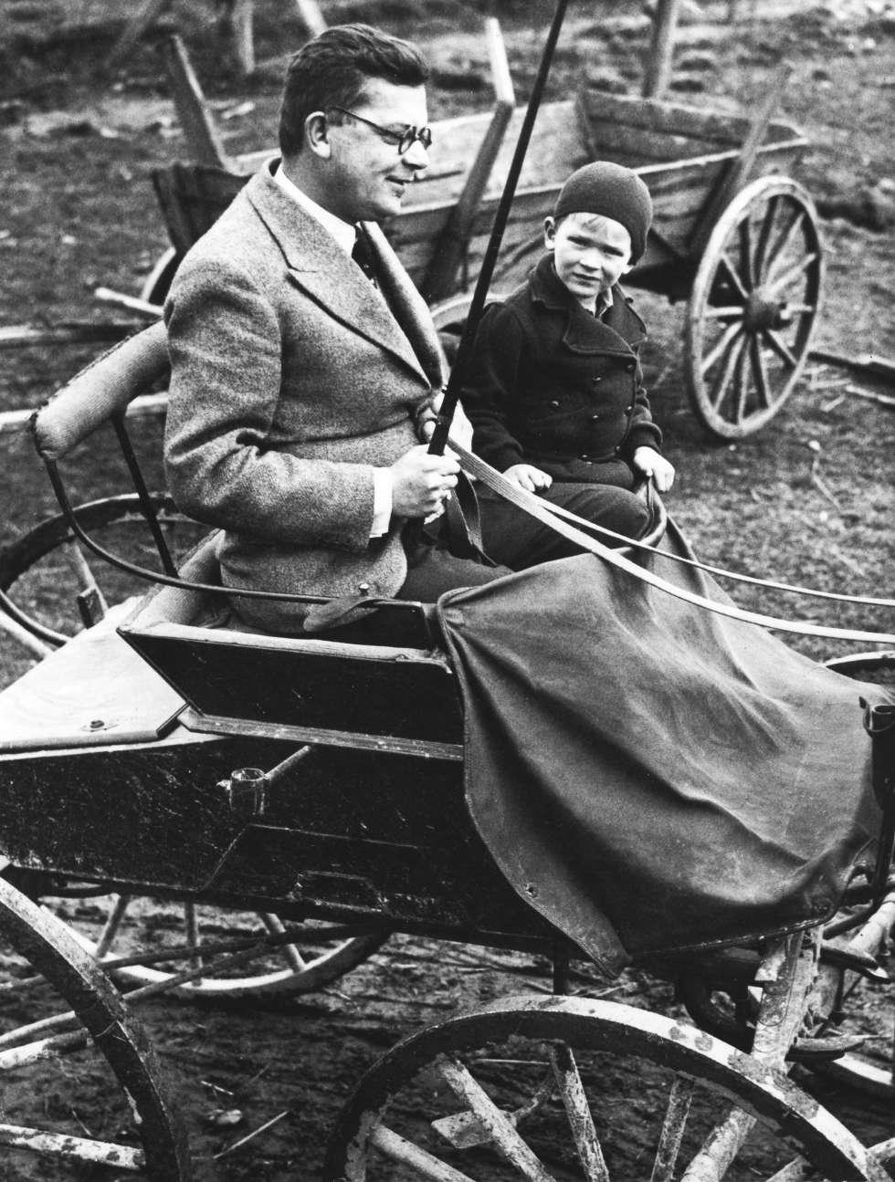 Hans Fallada, con su hijo Uli en un carro en Carwitz en 1934.