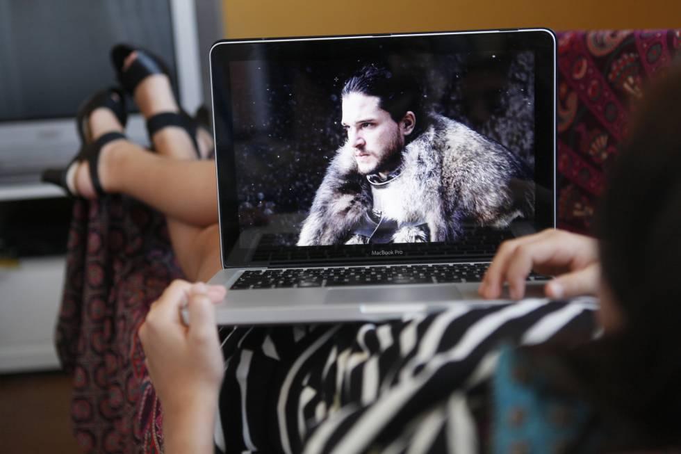 Una seguidora de 'Juego de tronos' ve la serie en un portátil.