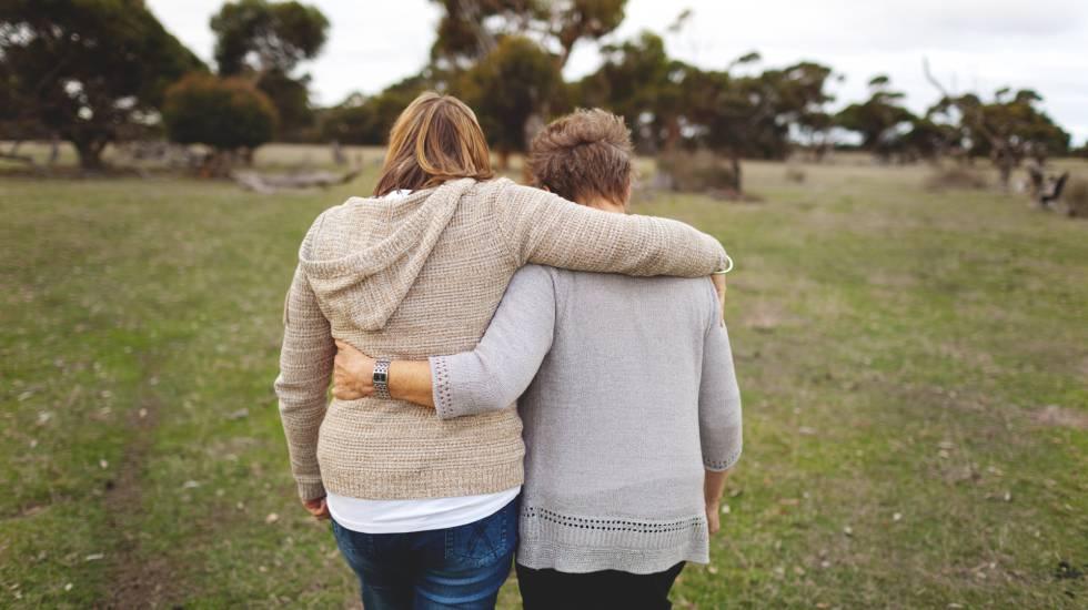 Madre e hija abrazadas.