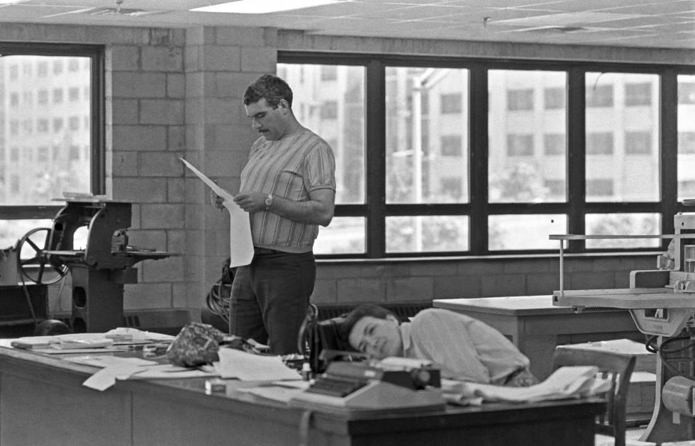Serguéi Dovlátov, en 1980 en la sede del periódico 'Svoboda' en Jersey City, junto a su exesposa Yelena Dovlatova. rn