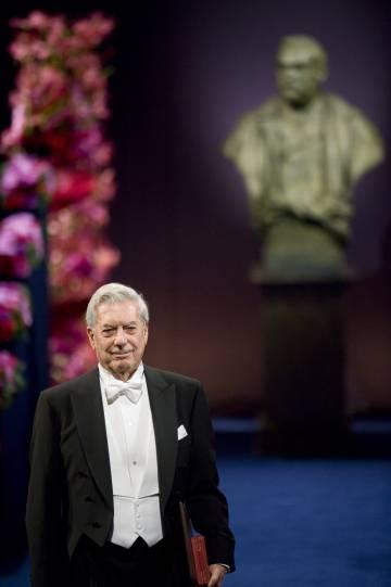 Mario Vargas Llosa recoge el Nobel en 2010.