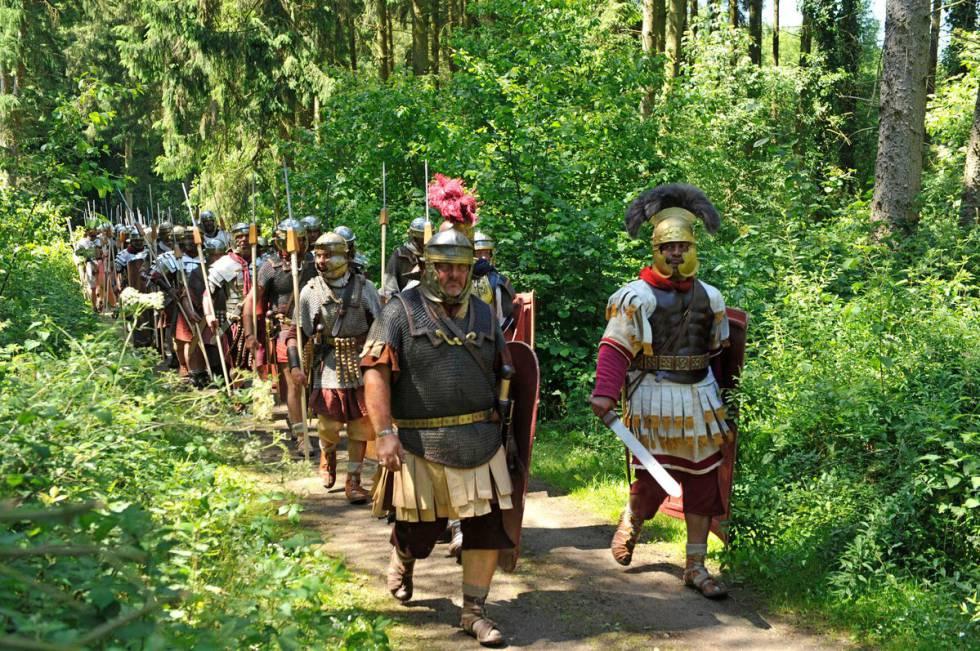 Soldados romanos en el bosque de Teutoburgo en un espectáculo de reconstrucción histórica en Kalkriese.