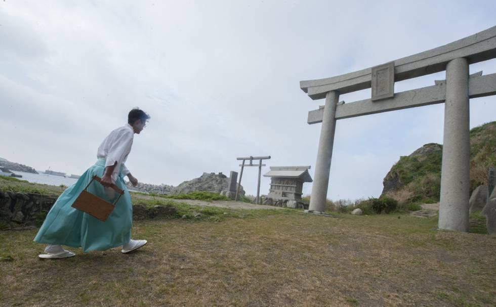 El sacerdote sintoísta acude a realizar un ritual de purificación en un santuario de Okinoshima.