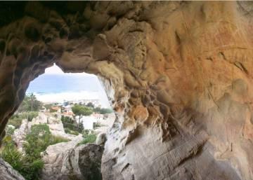 Atacadas unas pinturas rupestres en una cueva de Tarifa