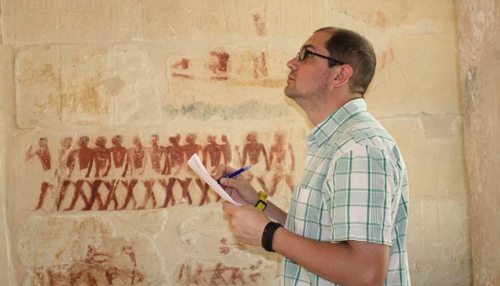 Nacho Ares copiando una inscripción en una tumba de Saqqara