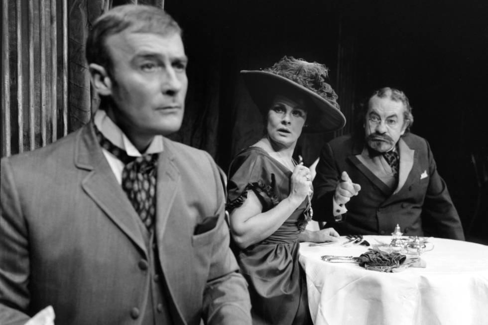 Edward Woodward, Judi Dench y Leo McKern en 'El lobo', de Ferenc Molnár, dirigida por Frank Hauser en 1973.