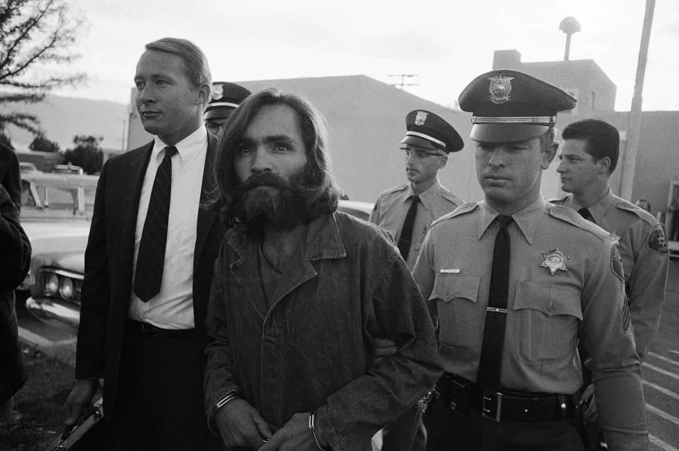Charles Manson es escoltado al juzgado en 1969