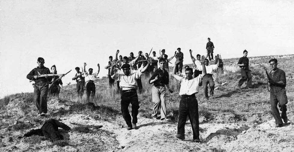 Soldados republicanos son capturados por las tropas franquistas en el frente de Somosierra durante la Guerra Civil.