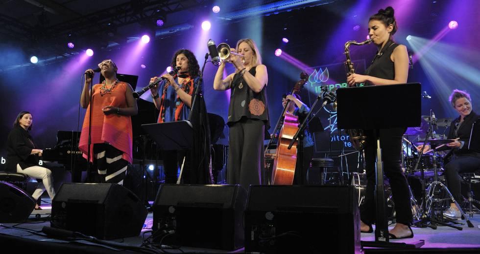 Desde la izquierda, la pianista Renee Rosnes, la cantante Cécile McLorin Salvant, la clarinetista Anat Cohen, la trompetista Ingrid Jensen, la contrabajista Noriko Ueda, la saxofonista Melissa Aldana y la baterista Alison Miller.