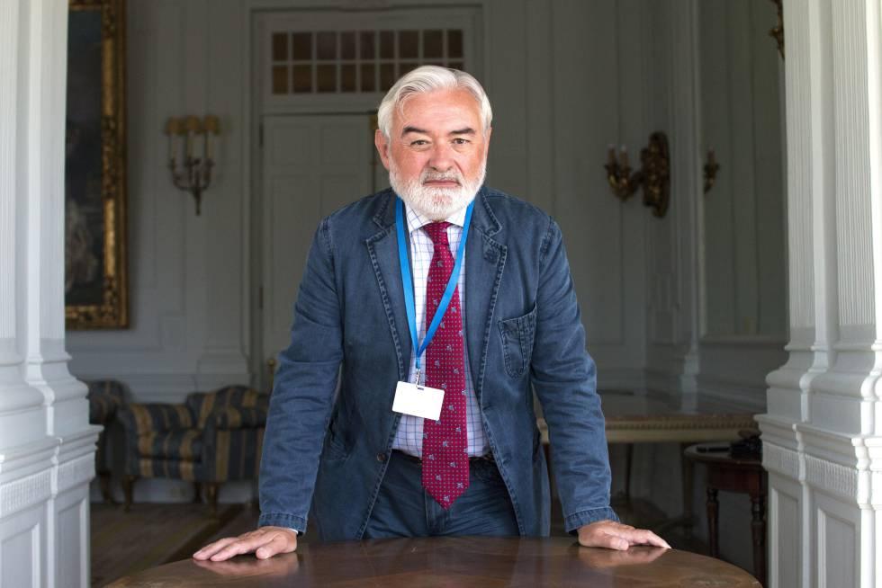 El director de la Real Academia Española Darío Villanueva posa en Santander en la UIMP.