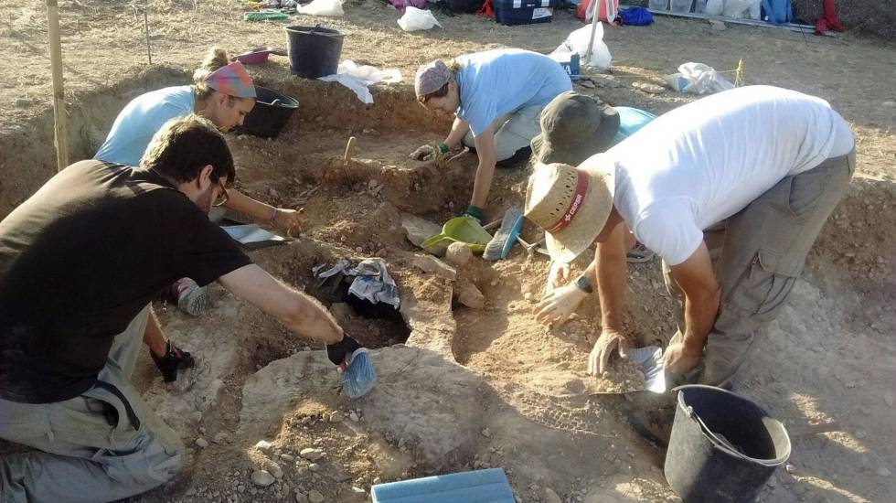 Archeologists work on the Visigoth burial site in Sena (Huesca).