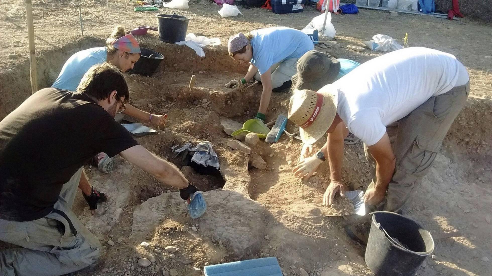 Varios arqueólogos durante la excavación en la necrópolis visigoda en Sena (Huesca).