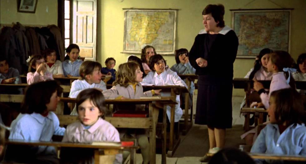 Imagen de 'El espíritu de la colmena', de Víctor Erice, con Laly Soldevila como maestra y Ana Torrent en primera fila.